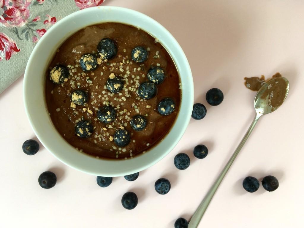Schokoladen-Smoothie-Bowl mit Heidelbeeren