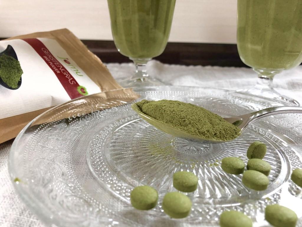 Superfoods: Gerstengras und ein vitalisierender grüner Smoothie mit Gerstengraspulver