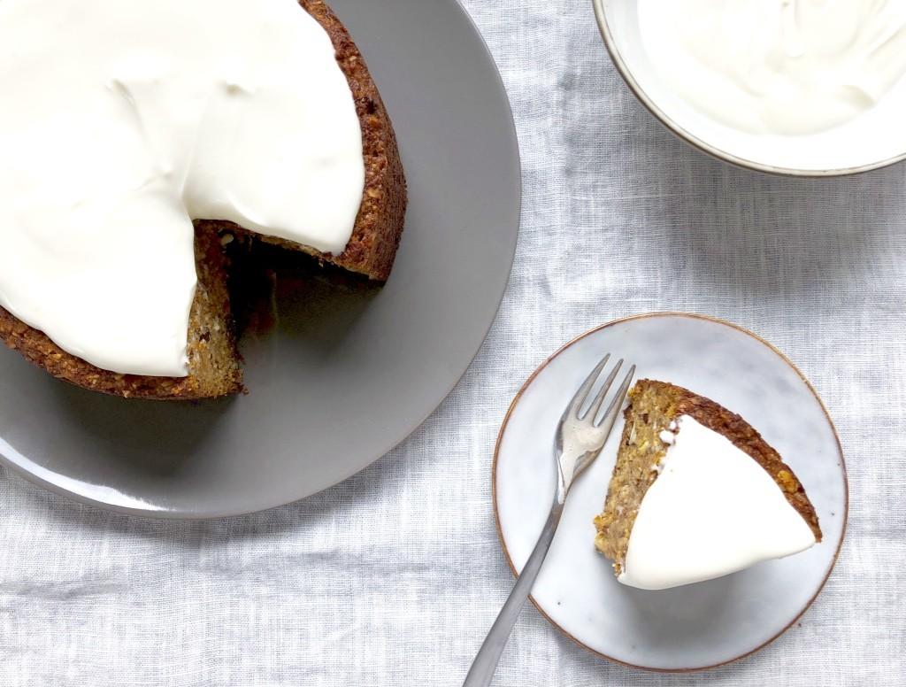 Karottenkuchen mit einem Topping aus Creme fraîche und Joghurt – ein supersaftiger Klassiker für die Osterfeiertage