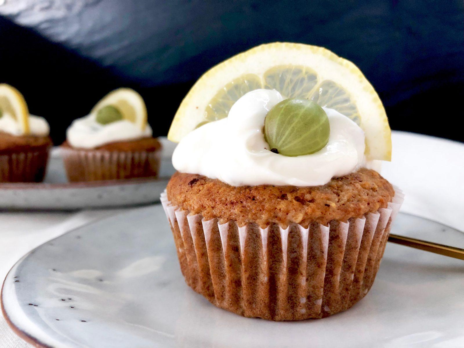 Alleskönner Zitrone, Zitronenwasser und zauberhafte Zitronenmuffins mit Stachelbeeren und einem sagenhaft cremigen Topping